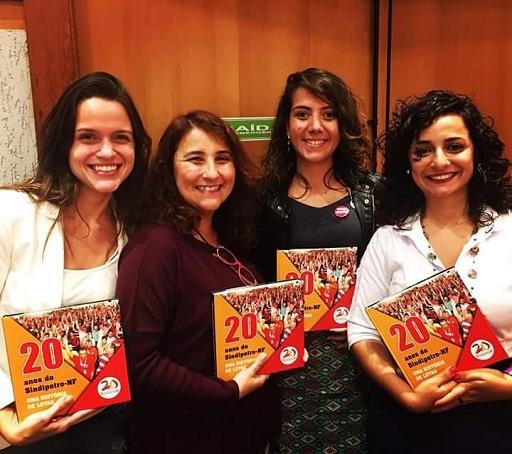 Luisa Santiago (1ª à esquerda), editora e produtora do livro; Fernanda Viseu, jornalista do Sindipetro-NF; Beatriz Gomes e Juliane Forno, responsáveis pela pesquisa e texto.