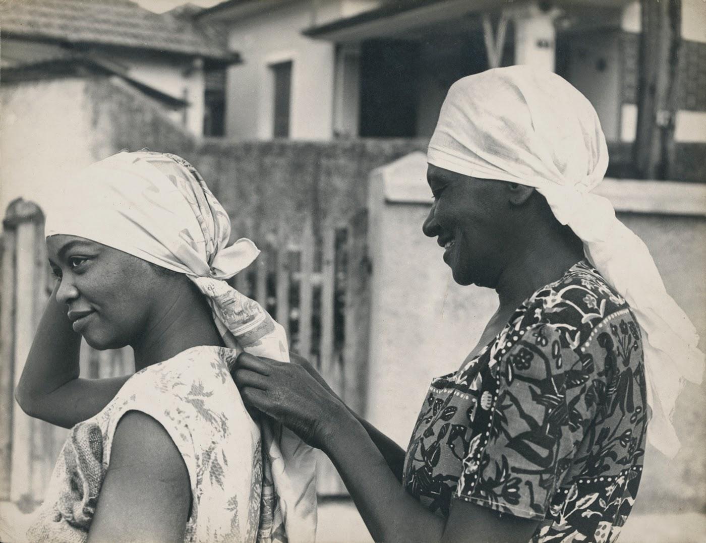 Ruth_de_Souza_e_Carolina_Maria_de_Jesus_na_Favela_do_Canindé._São_Paulo_1961