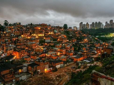 SAO PAULO, SP, BRASIL, 03-04-2008, DESIGUALDADE SOCIAL - Vista da favela de Paraisopolis, na zona sul de Sao Paulo, com predios de alto padrao do bairro do Morumbi ao fundo. (Foto: Apu Gomes)
